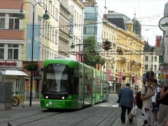 Straßenbahn in der Linzer Fußgängerzone Foto: www.tramtom.de